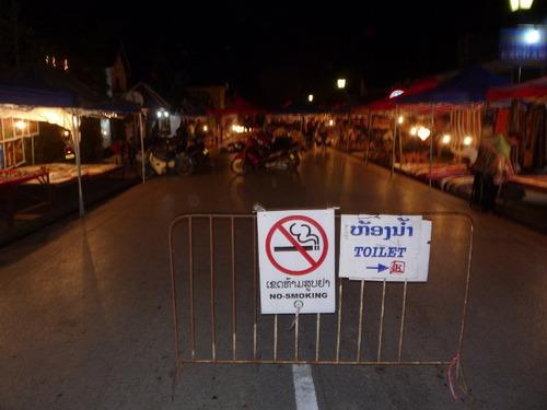 ルアンプラバーンの夜市は禁煙です